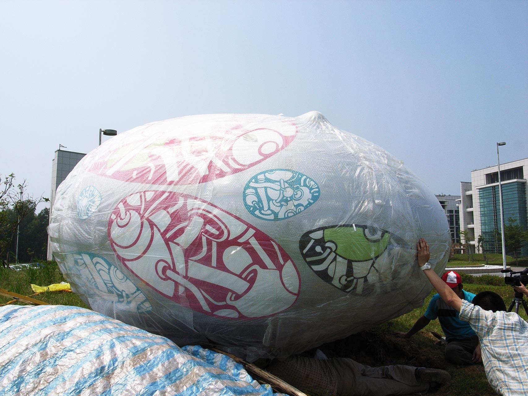 使用不锈钢锻造,金属烤漆图纹制作,尺寸约3米半的一颗蛋形雕塑.